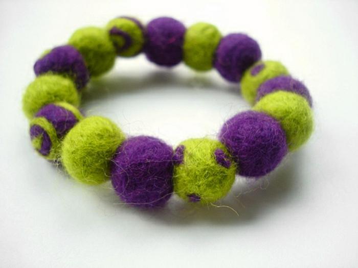 bracelet diy fait main, bracelet en vert et lilas, joli bijou en matériaux moelleux
