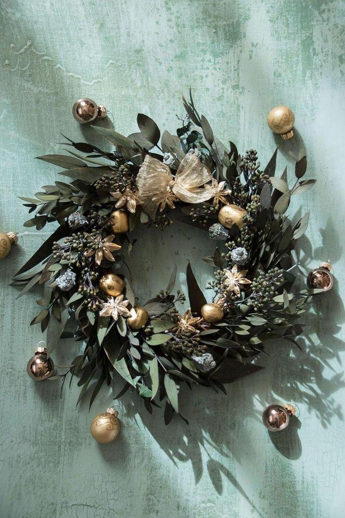 un projet diy noel, jolie couronne de l'avent végétale de feuilles de laurier aux reflets dorés