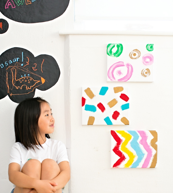 bricolage enfant, activité manuelle primaire facile, des panneaux blancs décorées de motifs de peinture colorées, idée cadeau fête des mères a faire soi meme