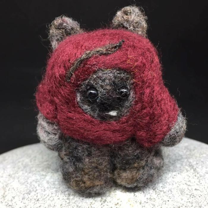 bricolages avec laine, une créature unique en mêches de laine entremêlées