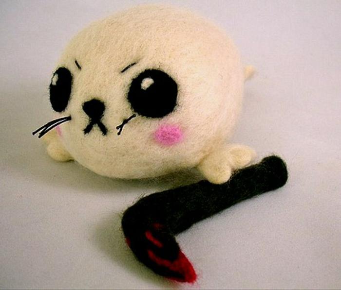 bricolages avec laine, jouets faits main, un bébé phoque fâché en laine cardée blanche
