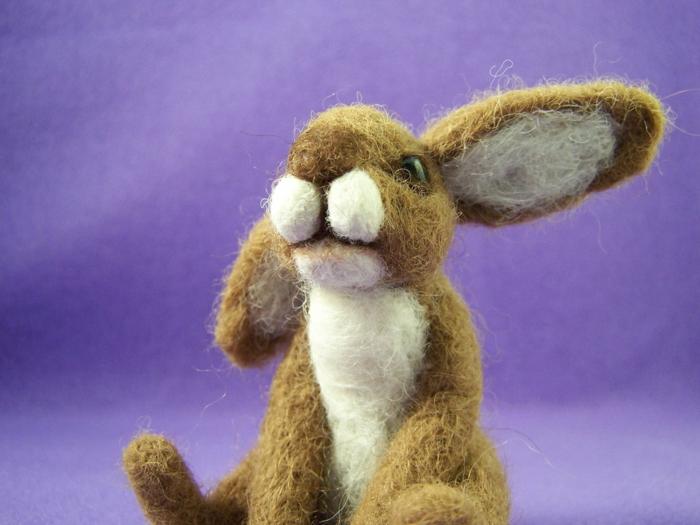 bricolages avec laine, jouet créé par un professionnel, lapin beige au ventre blanc