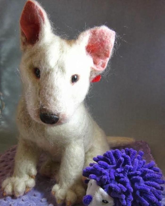 bricolages avec laine, petit chien réalistique, couleur blanche et petit hérisson