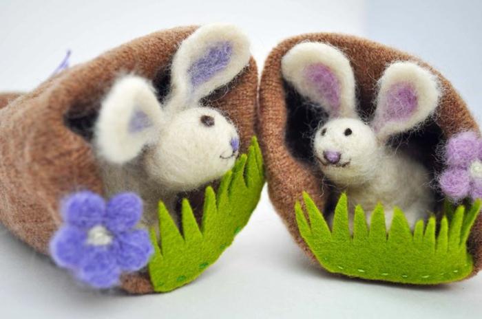 bricolages avec laine, gites de souris décorés d'herbe verte et d'une fleur bleue en feutrine