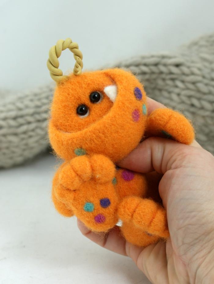 bricolages avec laine, création professionnelle d'un être orange