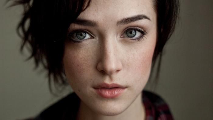 couleur cheveux marron, maquillage de visage parsemé de taches de rousseur avec eye-liner noir et rouge à lèvres nude