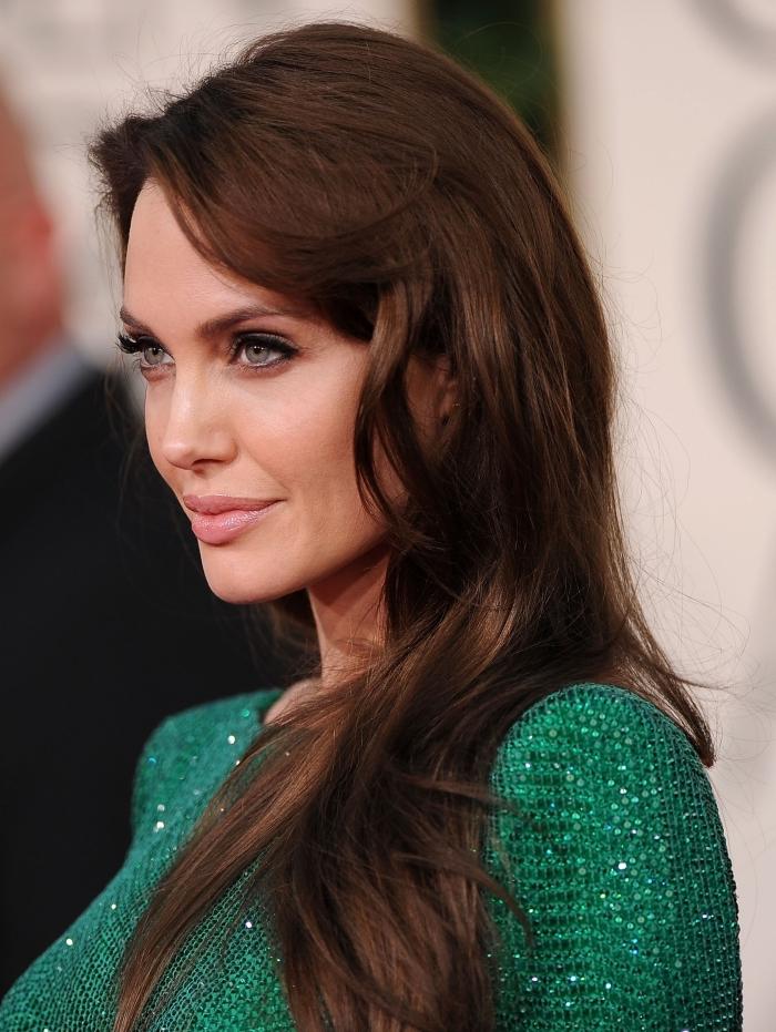 couleur de cheveux acajou, coloration sur cheveux marron aux reflets rouge foncé, coiffure Angelina Jolie avec frange longue sur le côté