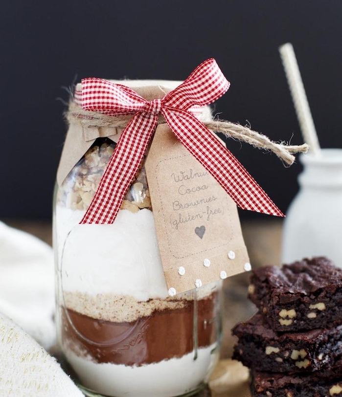 idee cadeau noel a faire soi meme, un pot en verre avec des ingrédients pour faire un brownie, idée originale cadeau gourmand