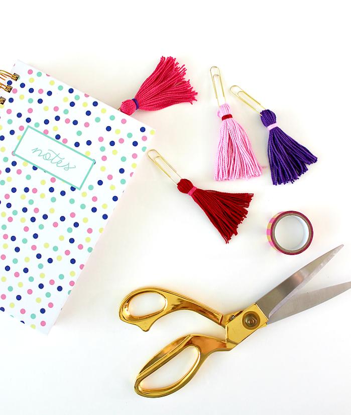 exemple de cadeau a faire soi meme, pompon à franges rose, violet et rouge et trombon attaché, marque page originale