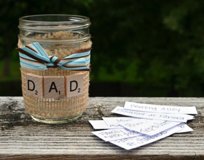 cadeau fête des pères à fabriquer, un bocal, décoré de bande de jute, ruban marron et bleu et des tabelttes scrabble papa, pot rangement activité à réaliser ensemble
