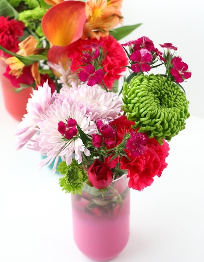 exemple de cadeau noel maman, un vase customisé de peinture rose, effet ombré, bouquet de fleurs colorées