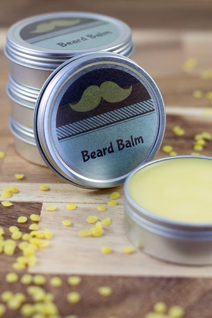une baume à barbe faite maison dans une jolie boîte à moustache, idée originale pour un cadeau de noel pour homme avec barbe