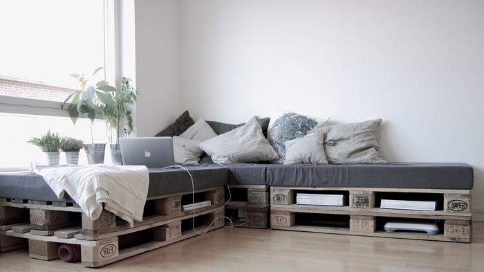 les meubles palettes les plus faciles à réaliser, un canapé d'angle avec espace de rangement, matelas et coussins en gris