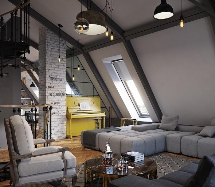 salon industriel avec canapé gris, chaise et tapis gris, table basse en verre et bois, suspensions industrielles, ampoules dénuées, piano jaune