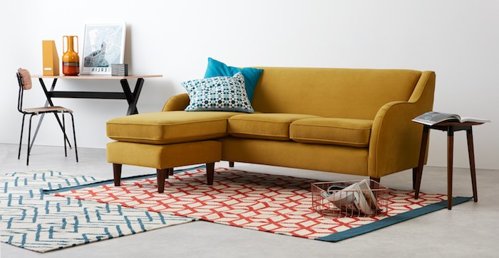 modele de canapé pas cher d angle jaune moutarde, tapis à motifs geometriques, petit coin travail vintage