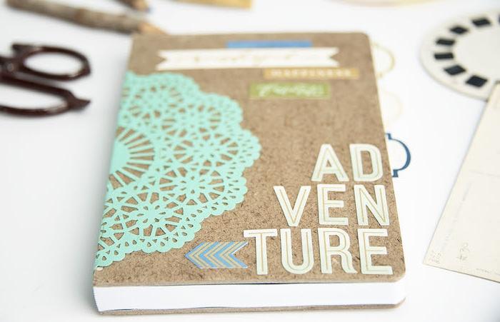 carnet de voyage scrapbooking, décoré de lettes et décorations en carton, idée cadeau pour sa meilleure amie a faire soi meme