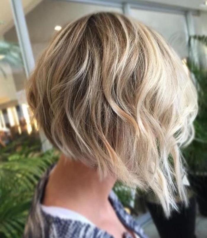 coiffure sur carré plongeant ondulé blond en dégradé