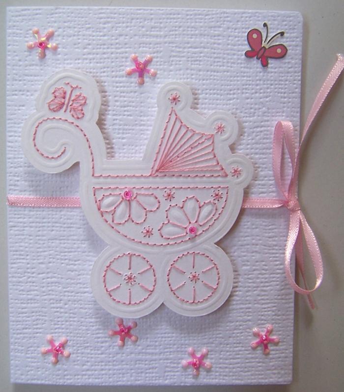 carte avec un landeau pour la naissance d'un bébé fille, ruban rose et autres broderies