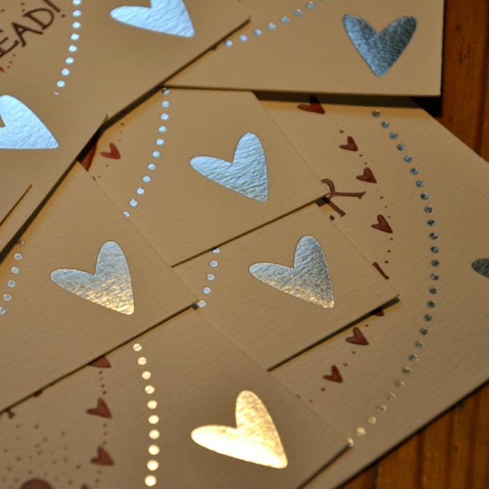 carte originale et personnalisée, des coeurs en papier lumineux, des paillettes collées