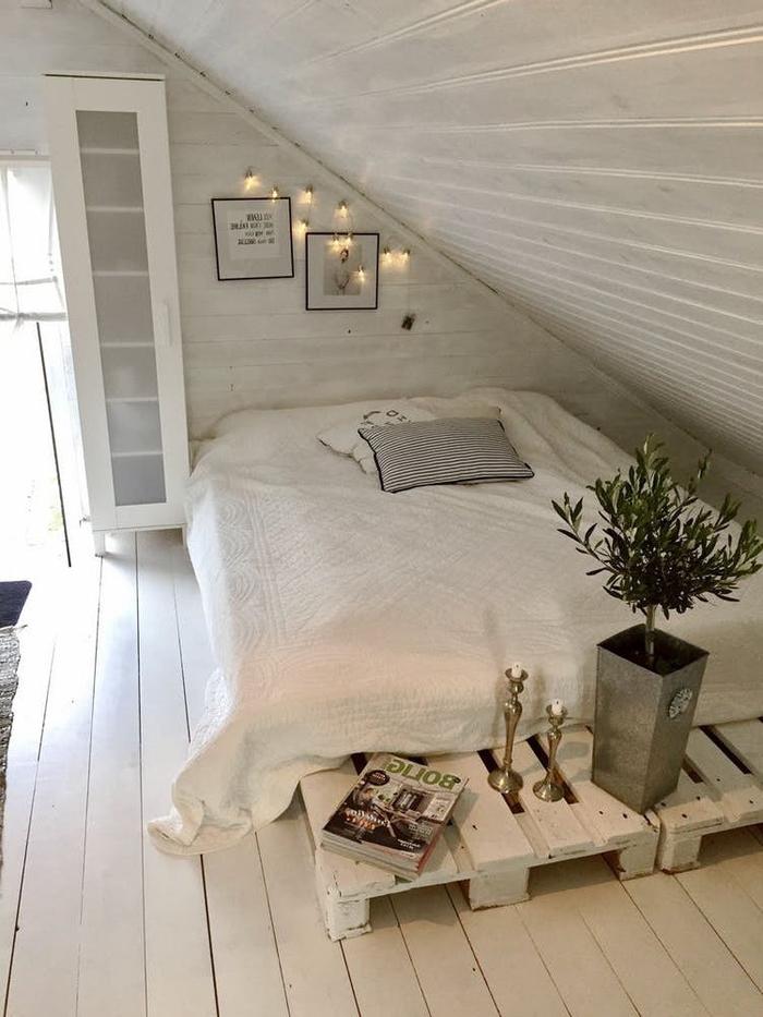aménagement d'une chambre sous combles monochrome tout en blanc avec un lit palette bas peint en blanc