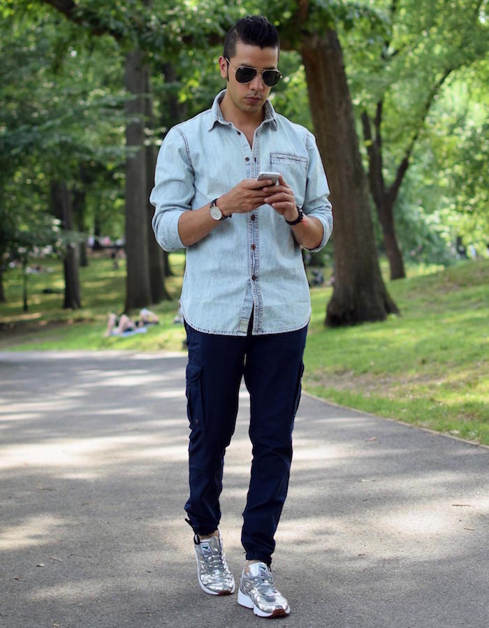 chemise délavée bleu clair en jean pantalon treillis bleu marine homme