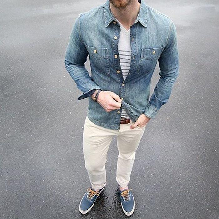 chemise en jean avec tee shirt blanc pantalon beige chino vans authentic