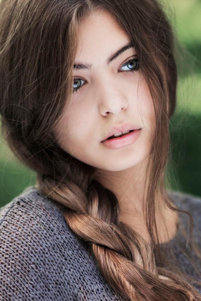 comment choisir sa couleur de cheveux, jeune femme aux cheveux longs en tresse et avec mèches devant de nuance châtain