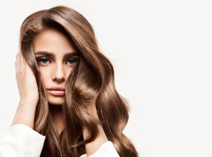 chatain cuivré, cheveux longs et bouclés de nuance châtain cuivré, choisir sa coloration selon la couleur des yeux