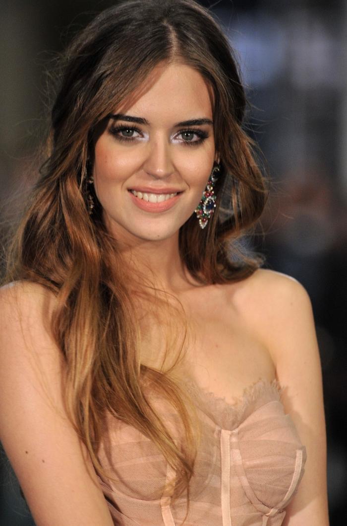 couleur cheveux marron avec pointes éclaircies de nuance cuivrées, maquillage aux lèvres orange nude et yeux smoky