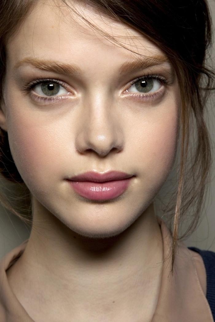comment choisir sa couleur de cheveux, maquillage pour yeux verts avec fond de teint de nuance pêche et rouge à lèvres rose