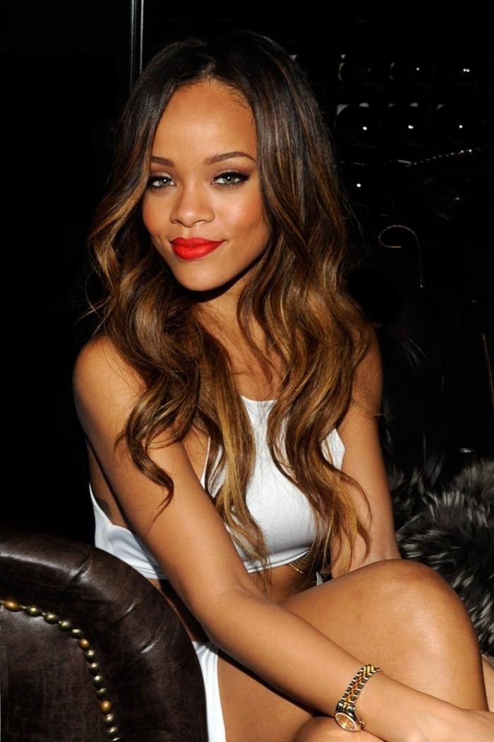 couleur bronze cheveux, coiffure de Rihanna aux cheveux longs avec racines noires et pointes éclaircies