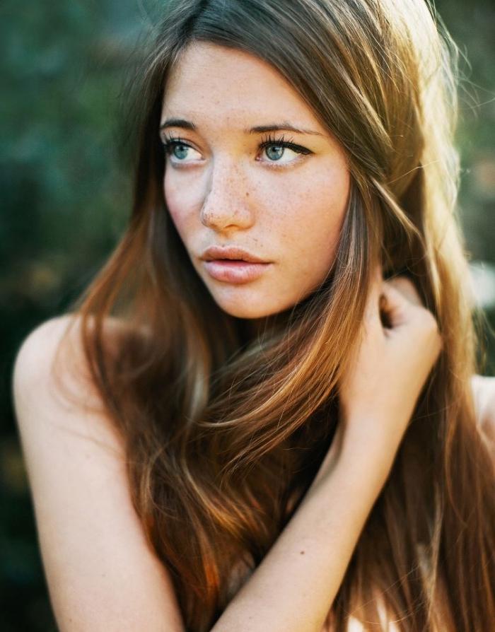 coloration cheveux, maquillage naturel sur visage parsemé de taches de rousseur avec eye-liner noir et rouge à lèvres nude