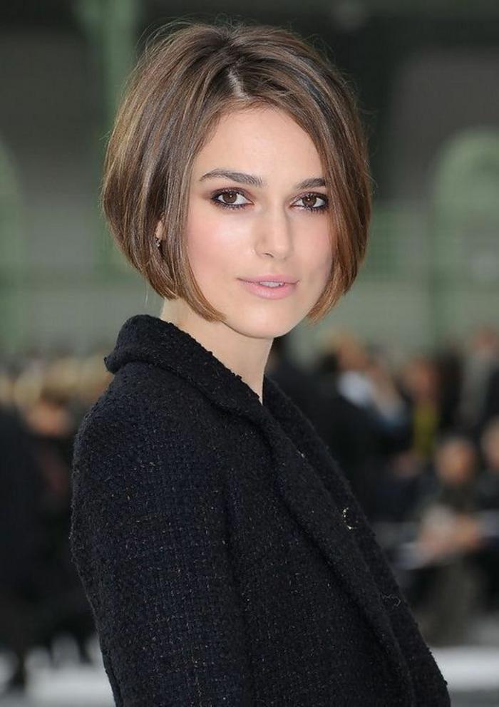 coupe cheveux court avec cheveux lisses, coiffure symétrique, couleur naturelle, look classique et élégant, lèvres en couleur rose pâle