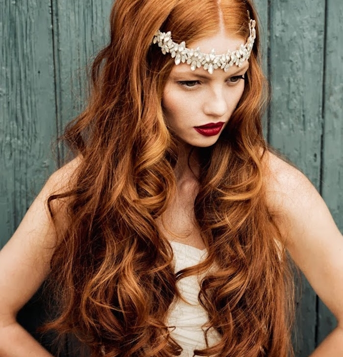 exempel de cheveux cuivré femme à la chevelure longue avec des ondulations et accessoire cheveux couronne fleurie artificielle