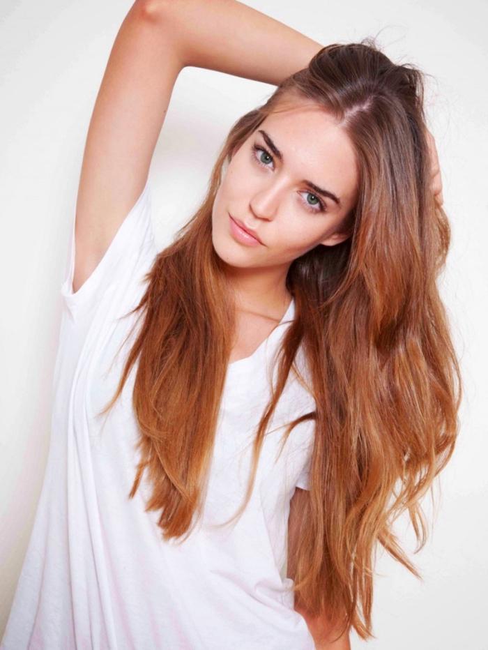 couleur cuivrée, jeune fille aux cheveux longs avec racines châtain foncé et pointes éclaircies de nuance cuivrée