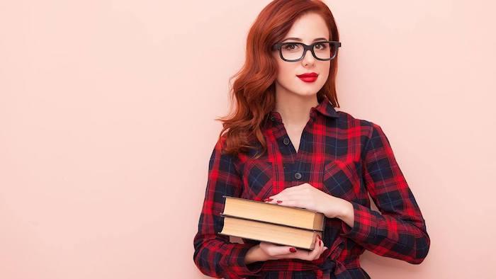 couleur de cheveux roux, idée de coiffure vintage chic sur cheveux mi long ondulés et lunettes de soleil avec cadre noir