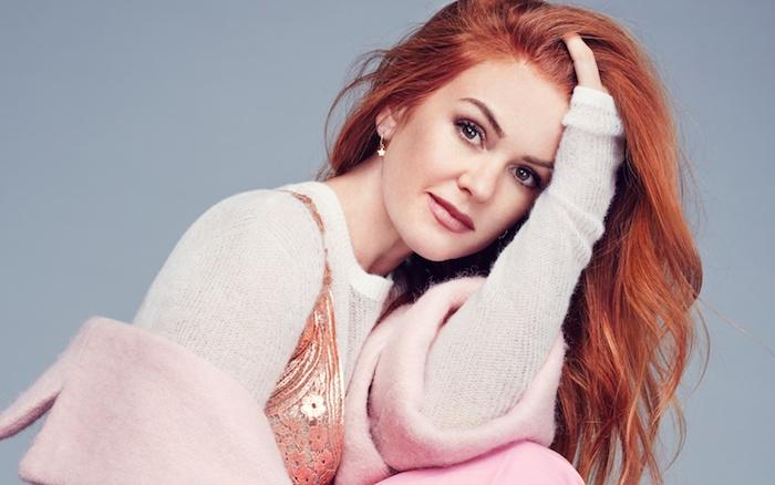 exemple de coloration rousse, cheveux longs légèrement bouclés, idée quelle couleur de cheveux choisir