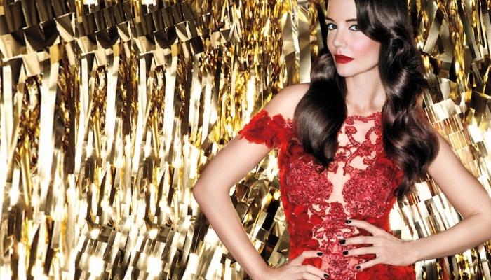 maquillage nouvel an, modèle de robe transparente en dentelle florale rouge combinée avec coiffure en boucles
