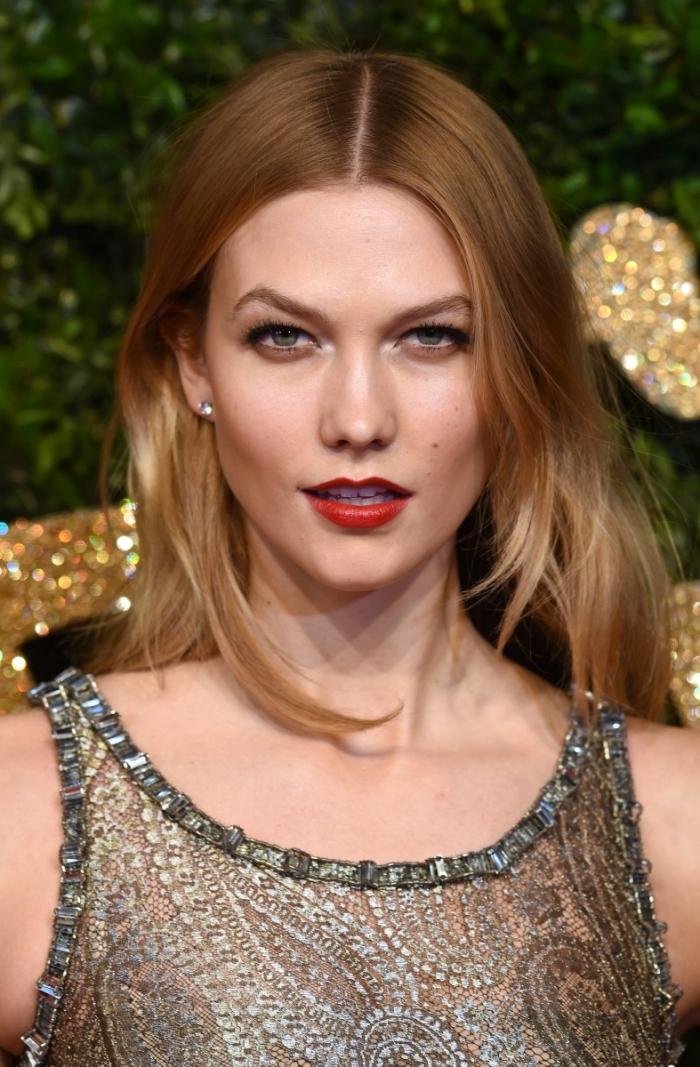 coupe de cheveux longs de nuance blond cuivré combinés avec maquillage aux lèvres rouges