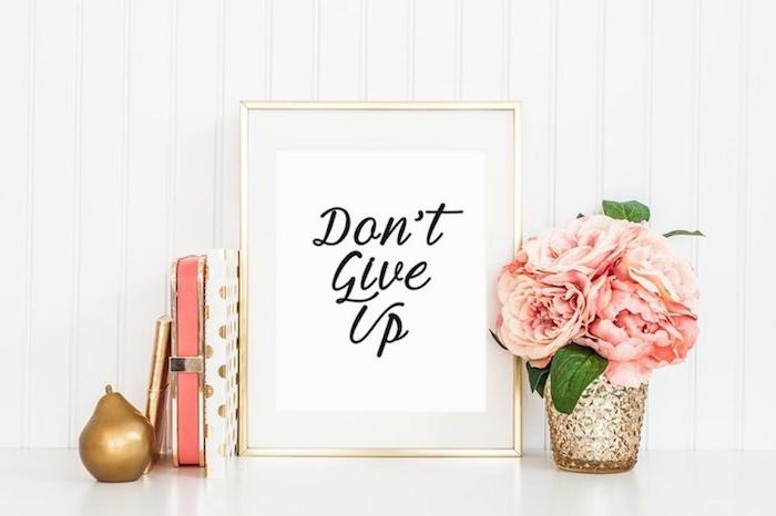 citation inspiratrice écrit sur papier blanc et mis dans un cadre doré, decoration maison, cadeau personnalisé pas cher