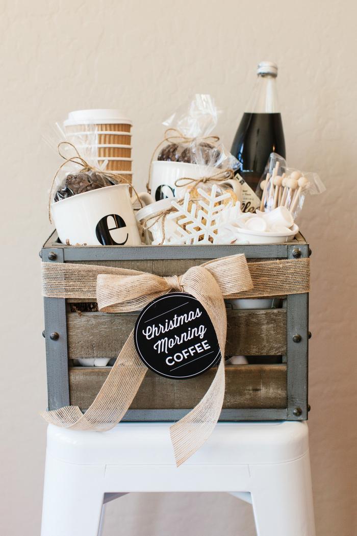 coffret cadeau de cafés joliment décoré à offrir aux fans de la caféine, ides cadeaux originaux pour les hommes qui apprécient le bon café