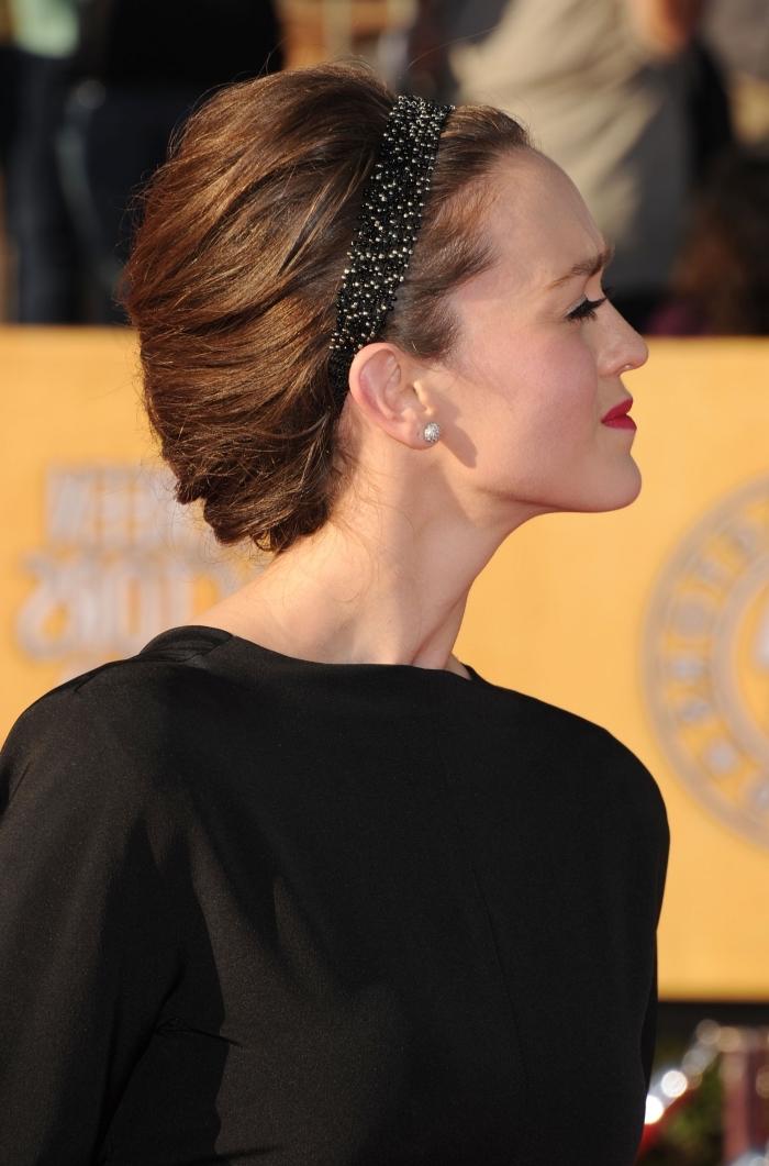 bandeau cheveux, modele de robe noire combiné avec coiffure élégante en chignon et bandeau noir