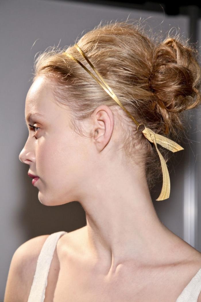 coiffure bohème, idée coiffure pour cheveux longs attachés en chignon haut avec boucles et diadème en or