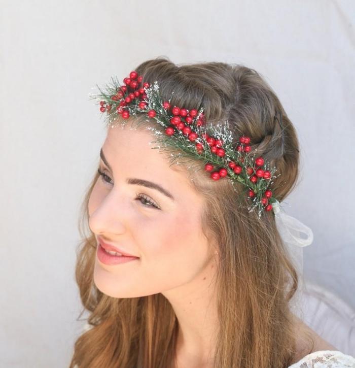 idée coiffure de mariage ou Noel avec cheveux lâchés et couronne aux motifs végétaux rouge et vert