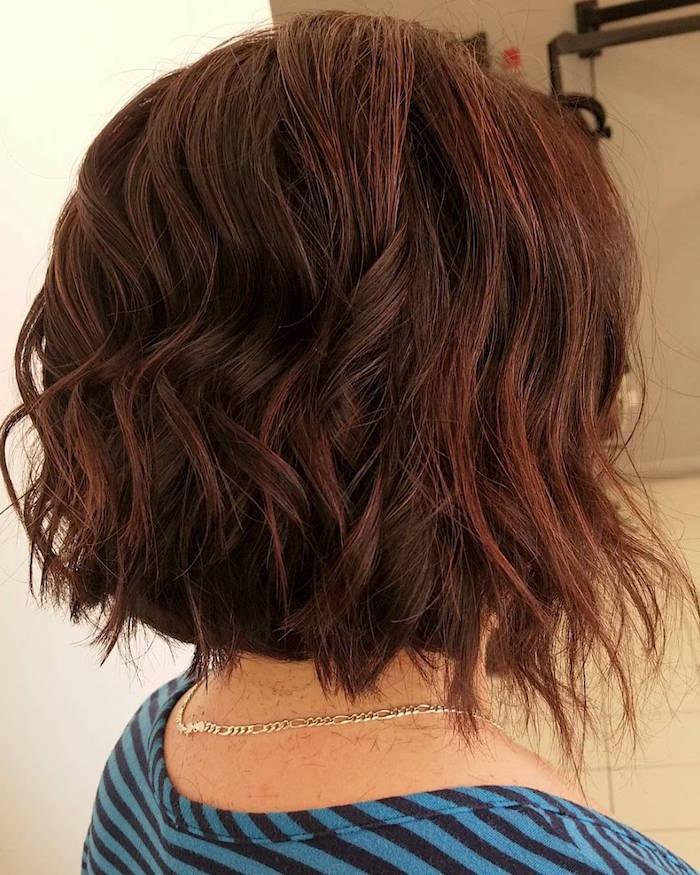 carré plongeant frisé mi long cuivre cheveux ondulés dégradé