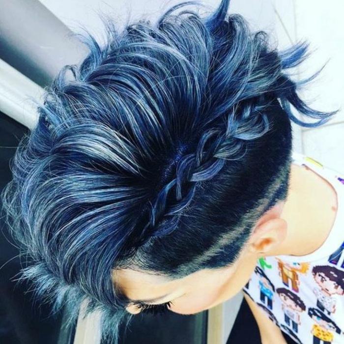 cheveux court en nuances bleutés et noirâtres, grande tresse latérale qui sublime la raie de côté, mèches rebelles