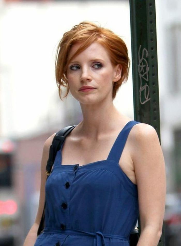 coupe courte femme, cheveux colorés en mahagone, coupes courtes, coiffure asymétrique, avec la raie de côté