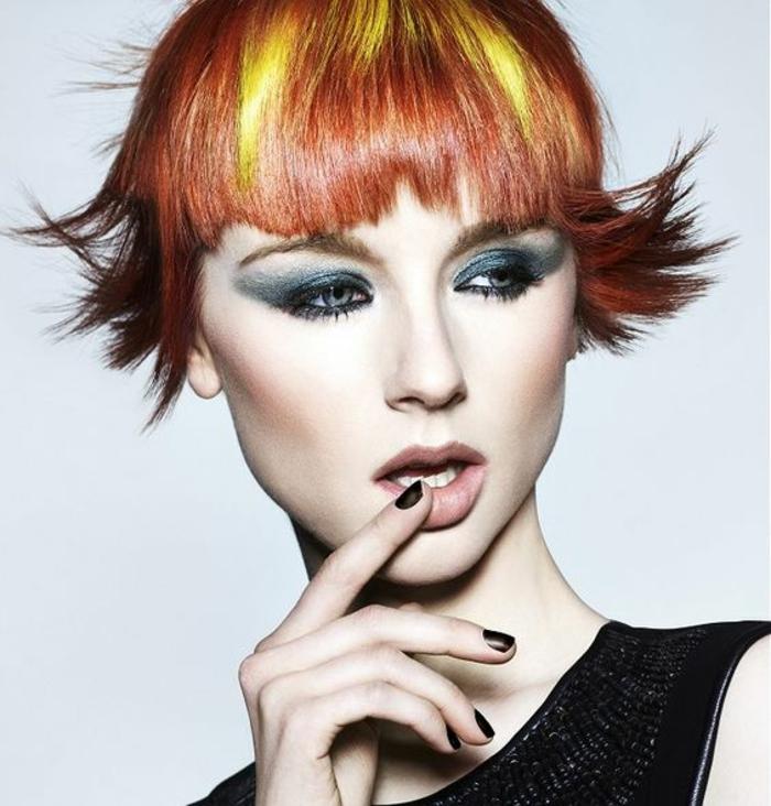 coupe cheveux courts en mèches en couleur burgundy, jaune et caramel, avec les bouts stylisés avec du gel pour obtenir un effet coup de vent qui les soulève