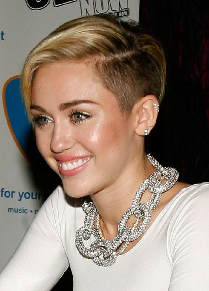 coupes courtes avec crâne rasé latéralement, avec grande mèche blonde peignée de côté, look frais et tendance