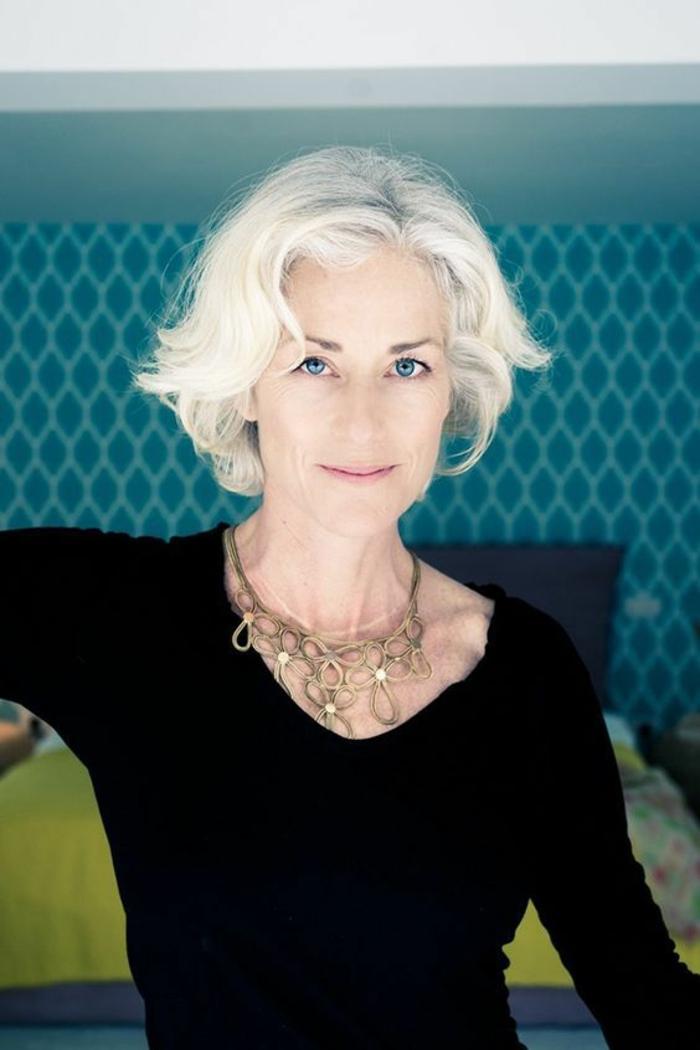 coupe de cheveux femme au-dessus de la cinquantaine, cheveux tout blancs, effet naturel, femme au teint de porcelaine et aux yeux bleus
